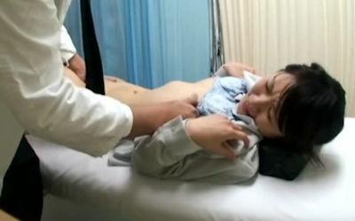 おっぱい診察に精を出す内科の先生のエロ画像 ④