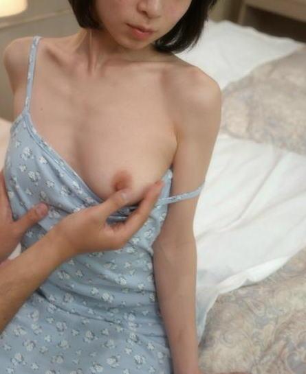 片乳 ポロリ おっぱい 揉む エロ画像【14】