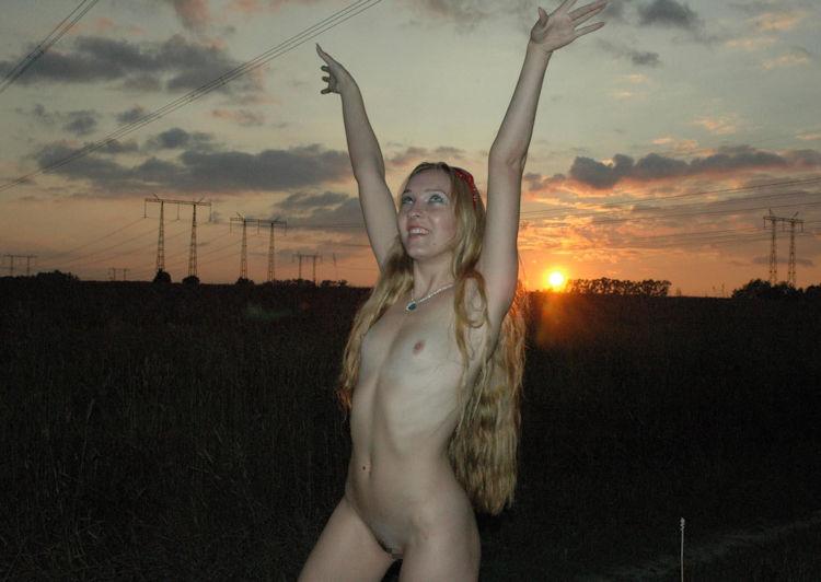 全裸で日の出を拝むサンライズヌードのエロ画像