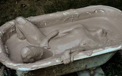 全身泥まみれな外国人のマッドなエロ画像 ③