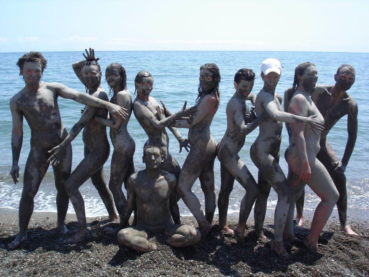 全身泥まみれな外国人のマッドなエロ画像