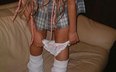 スカートはいたままパンツを下ろすエロ画像 ②