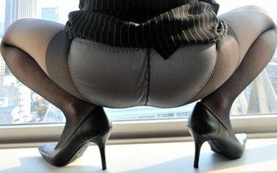 パンツ透けてる黒パンストM字開脚のエロ画像 ④