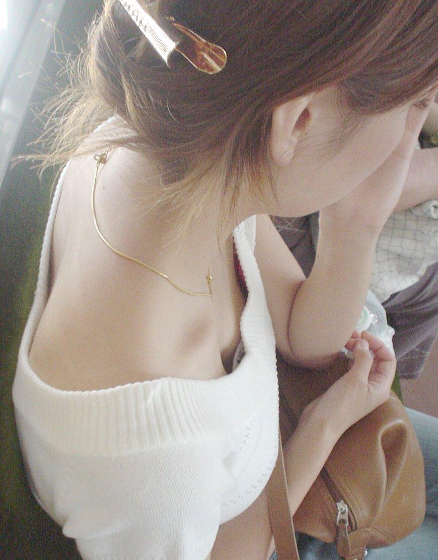 電車内 胸チラ エロ画像【4】