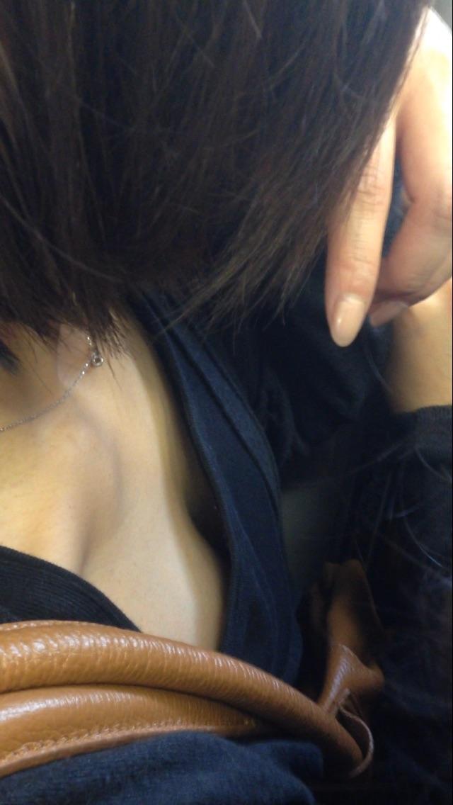 電車内 胸チラ エロ画像【6】