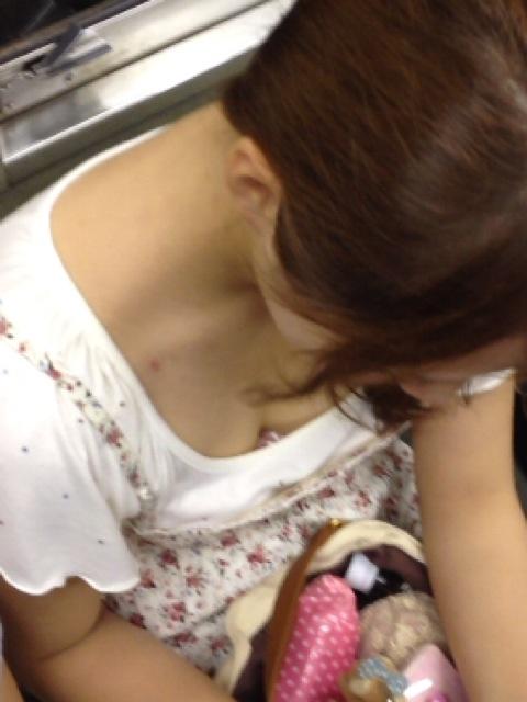 電車内 胸チラ エロ画像【8】