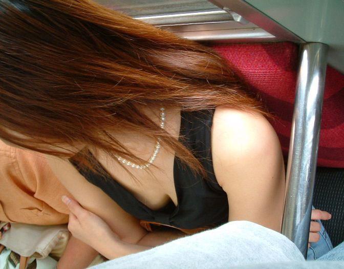 電車内 胸チラ エロ画像【9】