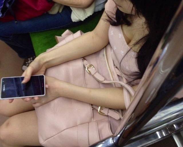 電車内 胸チラ エロ画像【12】