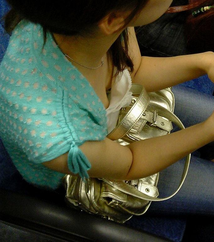 電車内 胸チラ エロ画像【14】