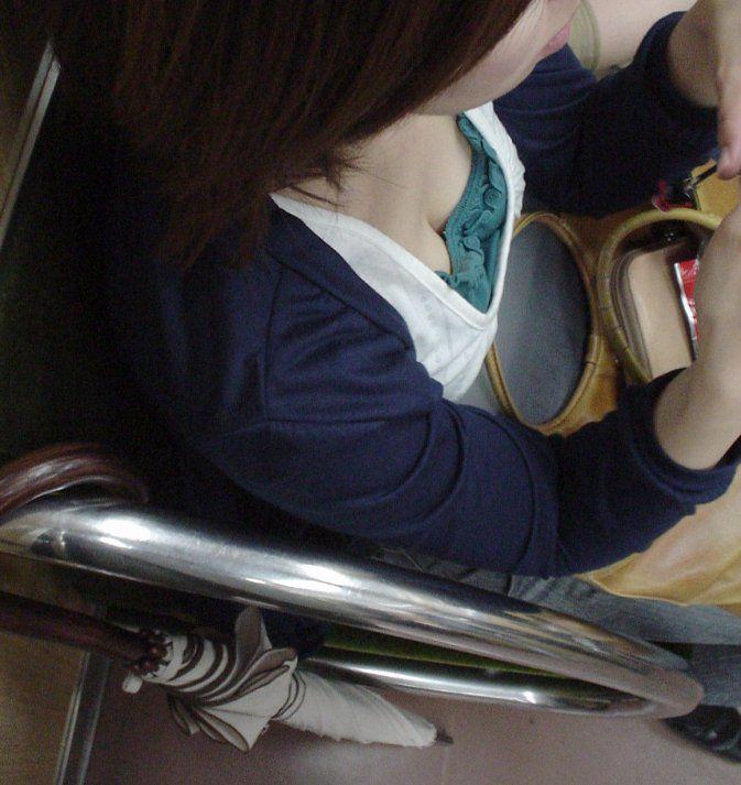 電車内 胸チラ エロ画像【16】