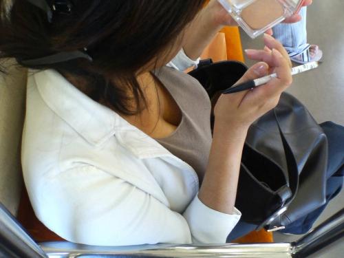 電車内 胸チラ エロ画像【18】