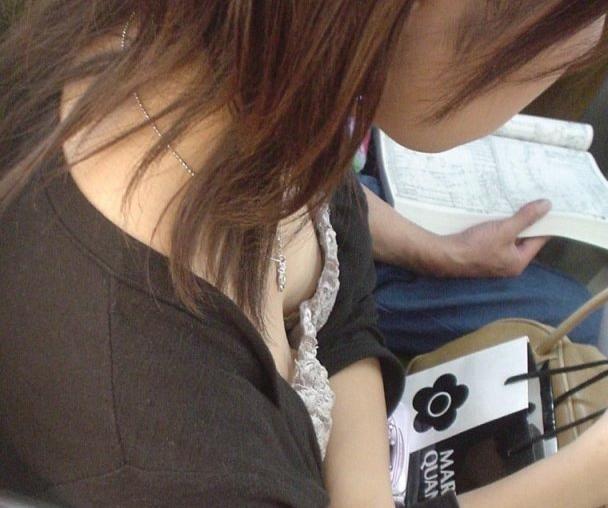 電車内 胸チラ エロ画像【19】