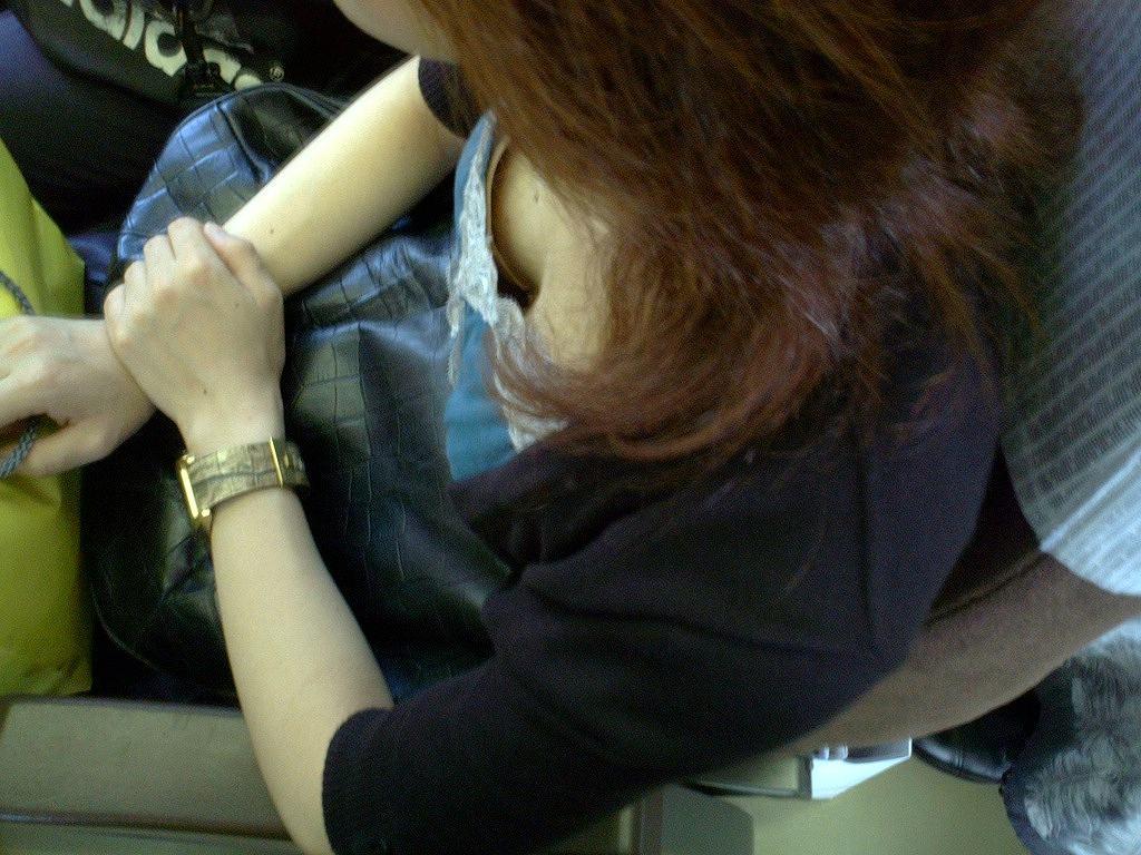 電車内 胸チラ エロ画像【20】