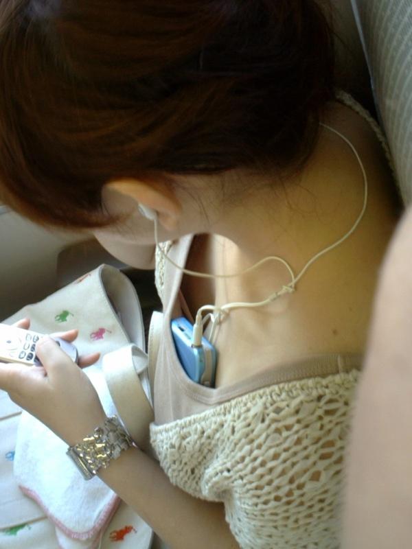 電車内 胸チラ エロ画像【21】