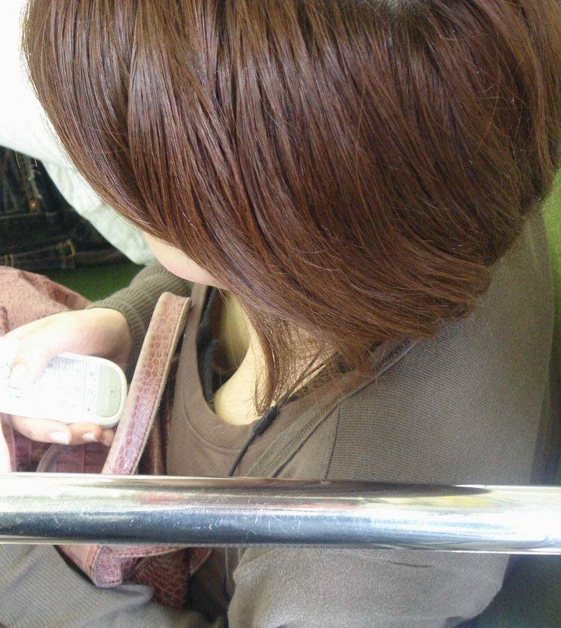 電車内 胸チラ エロ画像【26】
