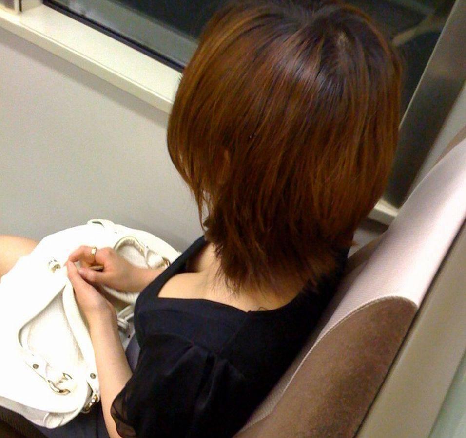 電車内 胸チラ エロ画像【29】