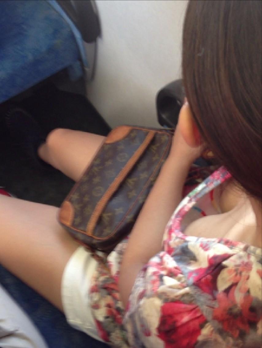 電車内 胸チラ エロ画像【32】