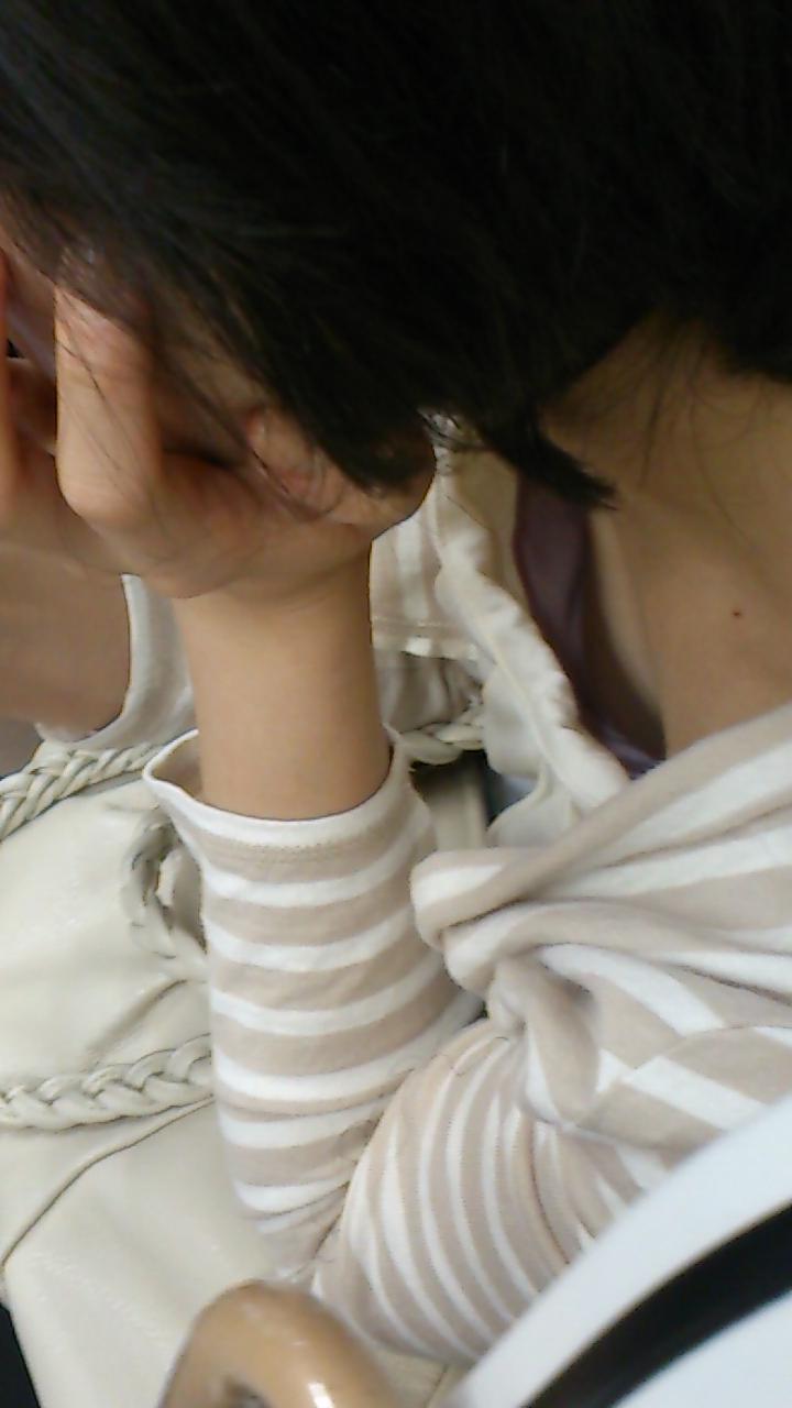 電車内 胸チラ エロ画像【35】