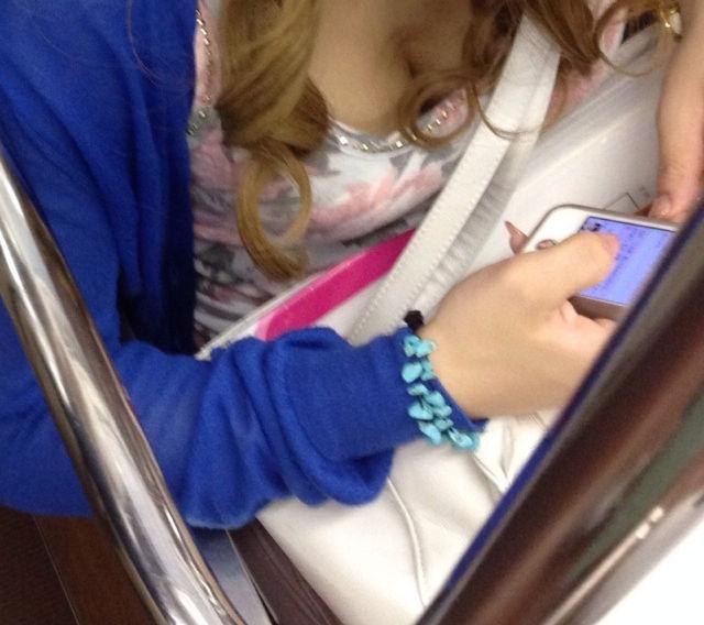 電車内 胸チラ エロ画像【39】