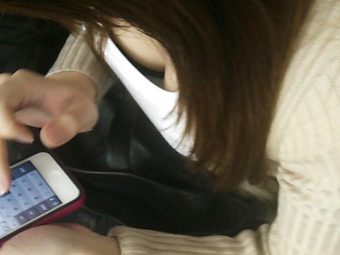 電車内 胸チラ エロ画像【42】