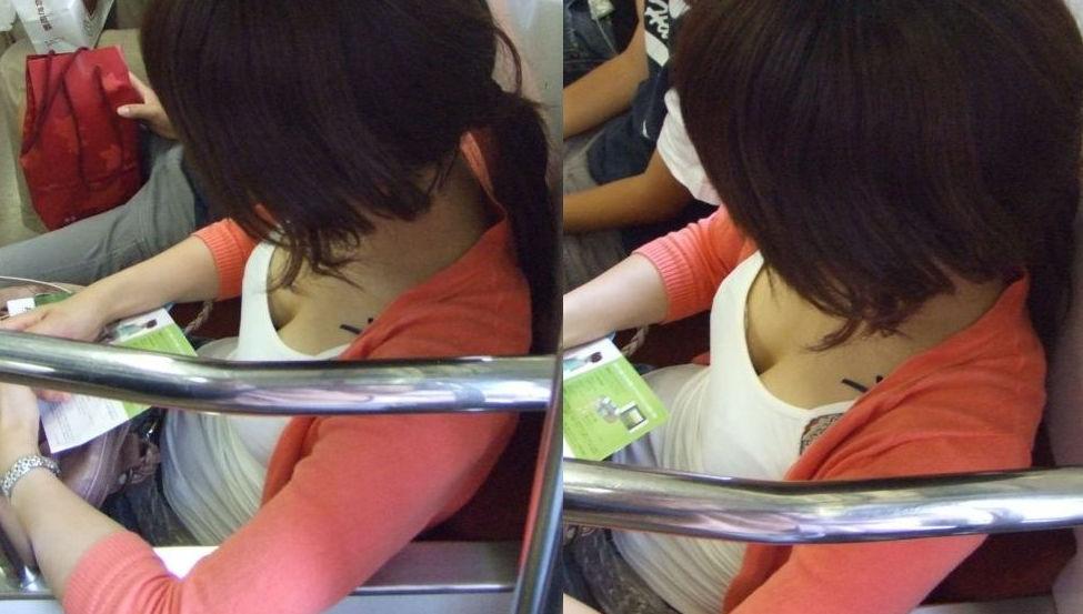 電車内 胸チラ エロ画像【47】