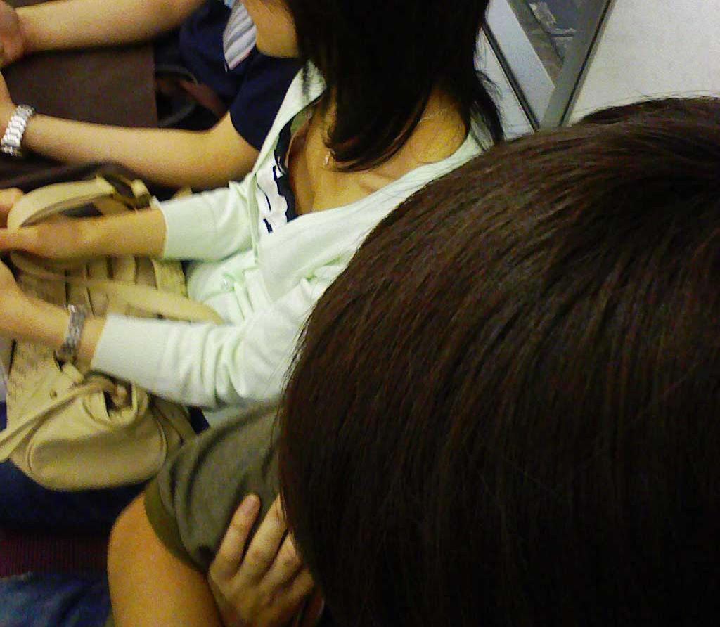 電車内 胸チラ エロ画像【49】