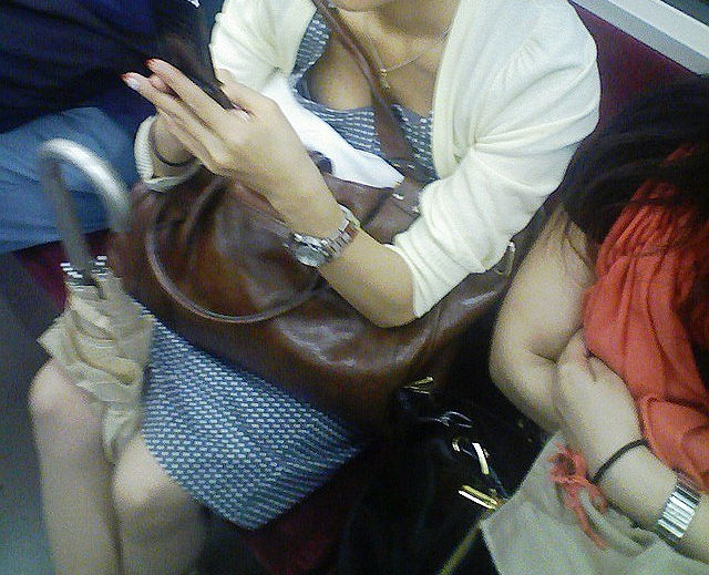 電車内 胸チラ エロ画像【53】