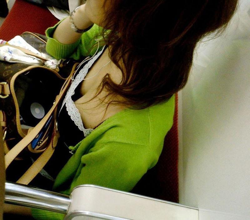 電車内 胸チラ エロ画像【56】