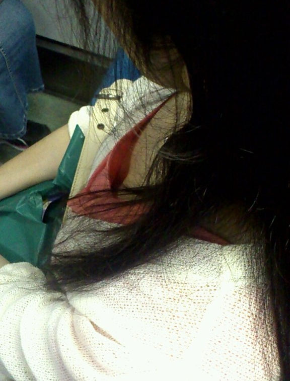 電車内 胸チラ エロ画像【63】