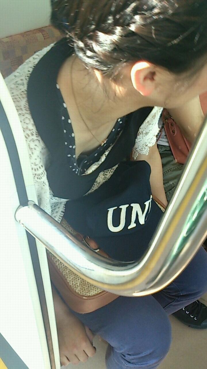 電車内 胸チラ エロ画像【66】