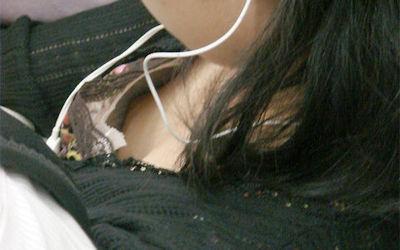 乳首見えてますよ…電車内胸チラチクチラ画像 ①