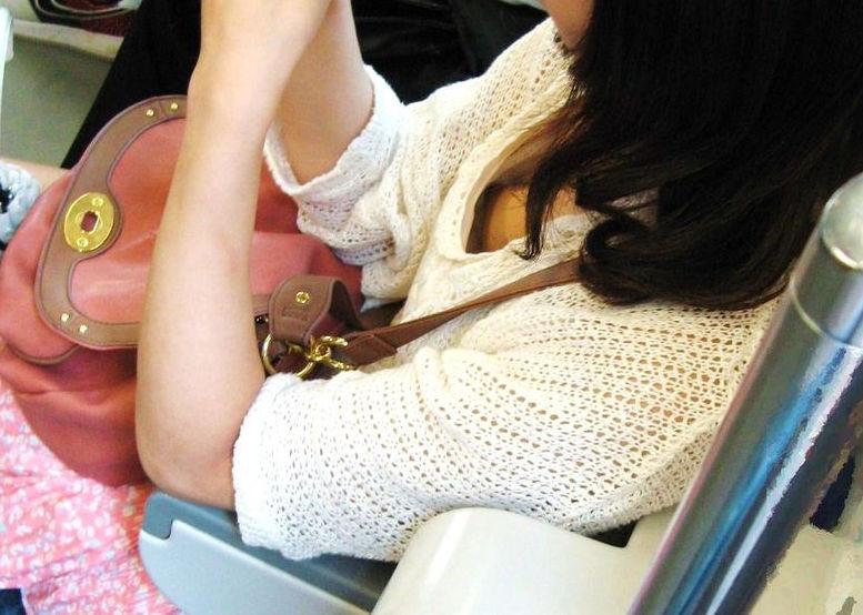 乳首見えてますよ…電車内胸チラチクチラ画像