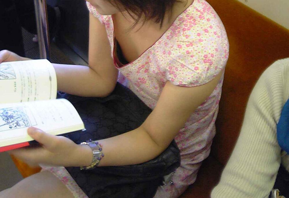 乳首 電車内 胸チラ チクチラ エロ画像【7】