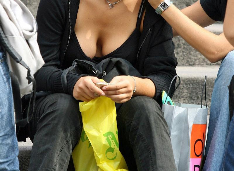 ガバガバ 外国人 胸チラ エロ画像【22】