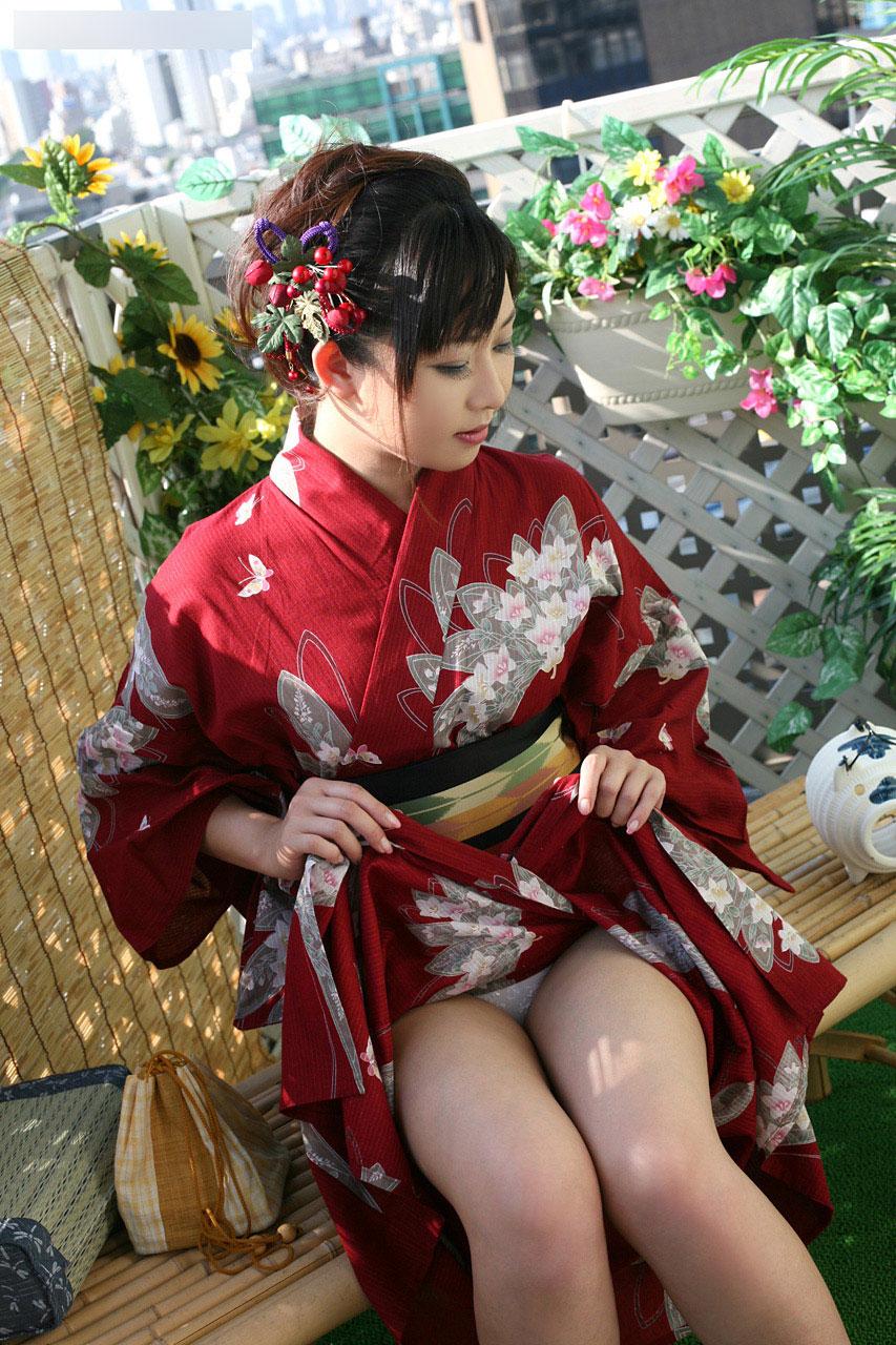 振袖 着物 裾 たくし上げ 和服 パンチラ エロ画像【6】
