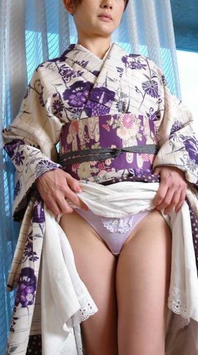 振袖 着物 裾 たくし上げ 和服 パンチラ エロ画像【11】