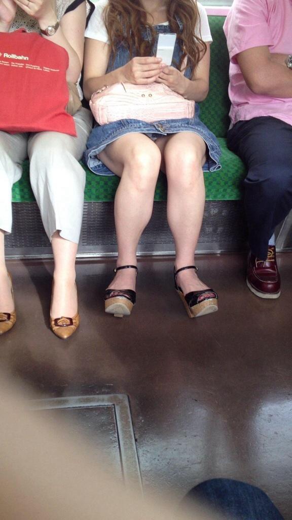 電車内 パンチラ 対面 エロ画像【4】