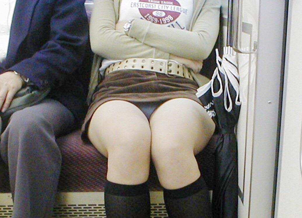 電車内 パンチラ 対面 エロ画像【7】
