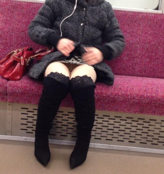 電車内 パンチラ 対面 エロ画像【11】