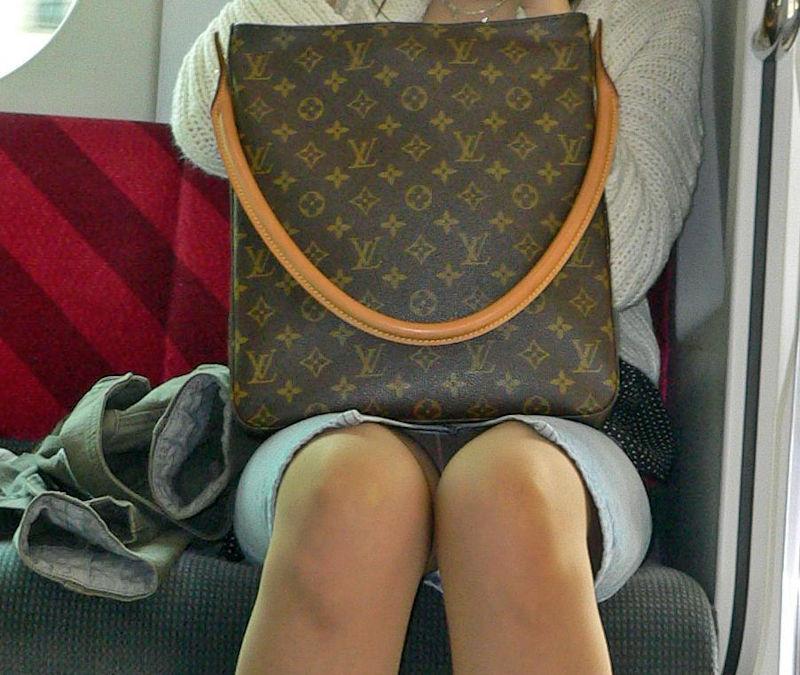 電車内 パンチラ 対面 エロ画像【13】