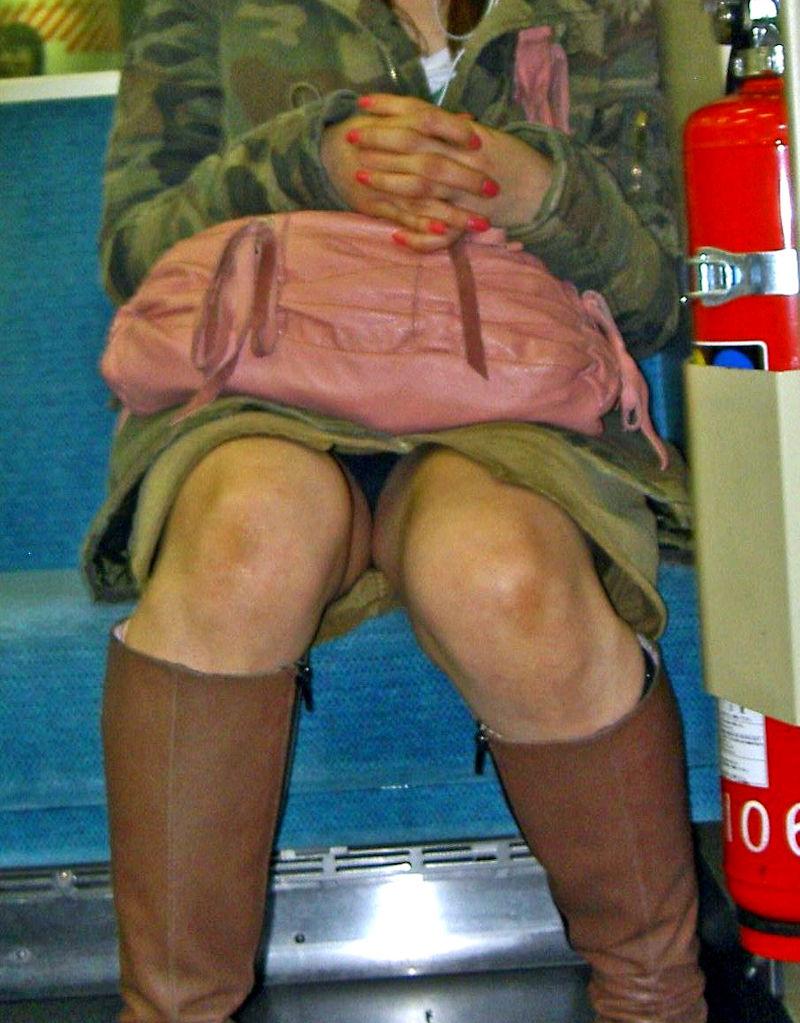 電車内 パンチラ 対面 エロ画像【15】