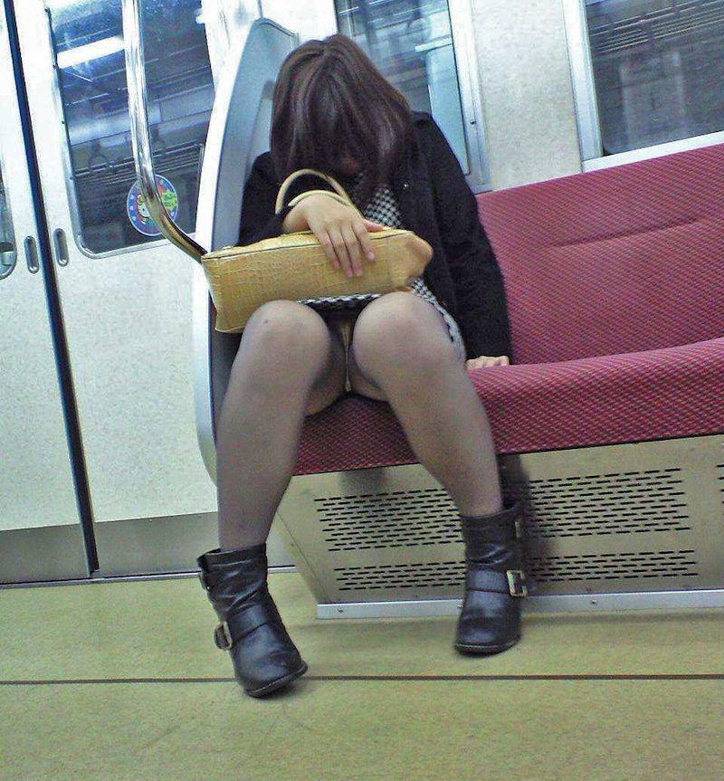 電車内 パンチラ 対面 エロ画像【19】