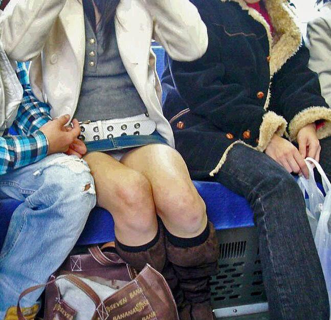 電車内 パンチラ 対面 エロ画像【21】