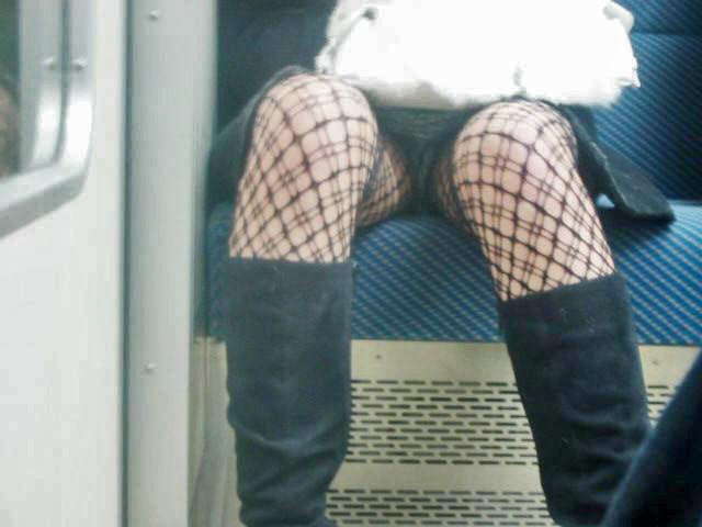 電車内 パンチラ 対面 エロ画像【26】