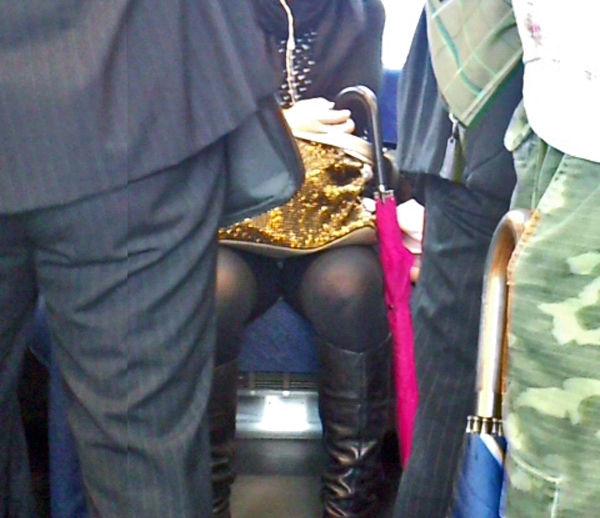 電車内 パンチラ 対面 エロ画像【28】