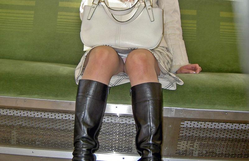 電車内 パンチラ 対面 エロ画像【29】