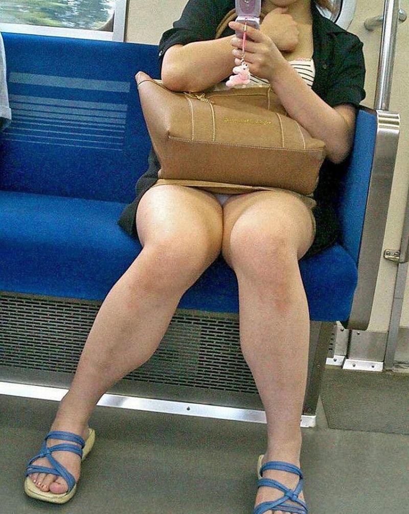 電車内 パンチラ 対面 エロ画像【30】