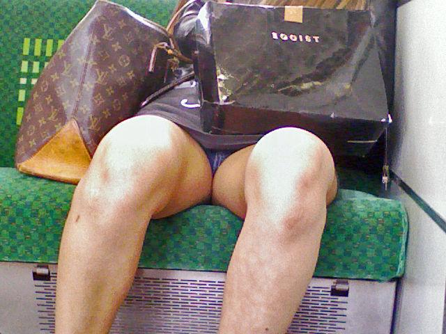 電車内 パンチラ 対面 エロ画像【31】