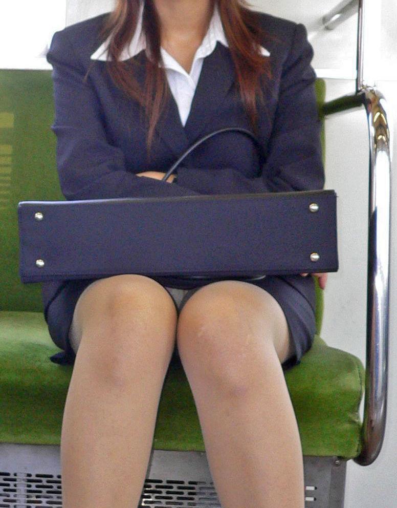 電車内 パンチラ 対面 エロ画像【32】