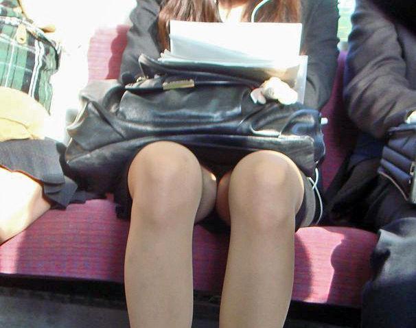 電車内 パンチラ 対面 エロ画像【33】